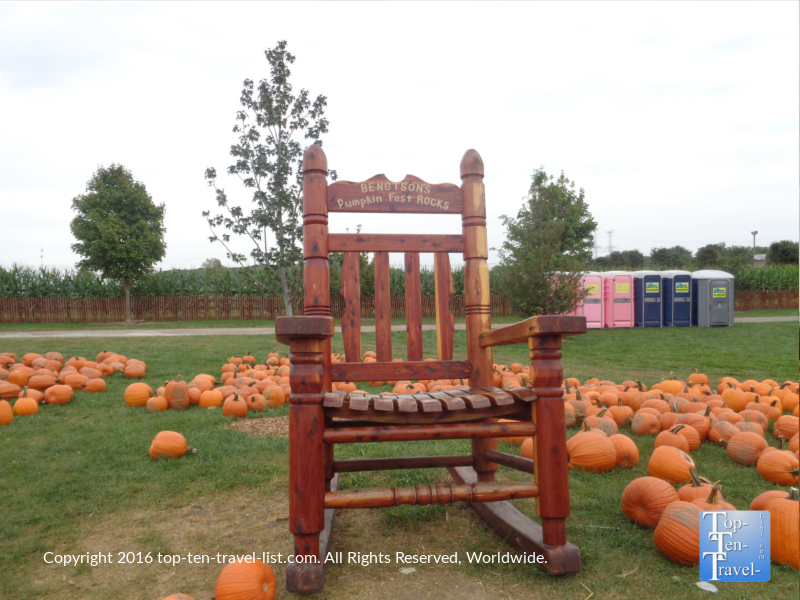 perfect-fall-photo-opp-at-bengstons-pumpkin-farm-in-homer-glen-il