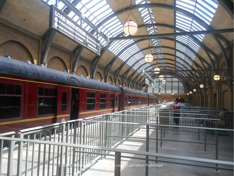A view of the Hogwarts Express inside King's Cross Station (Universal Studios)