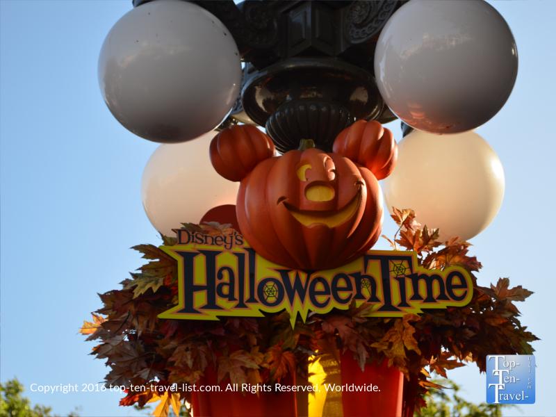 festive-halloween-decor-at-disneyland