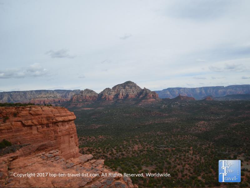 Views of Sedonas gorgeous rock formations atop Doe Mountain