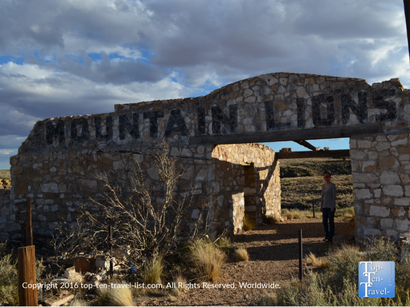 An old mountain lion cage sign at an abandoned zoo in 2 Guns ghost town in Arizona